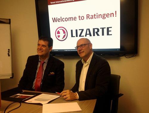 Fotios Katsardis y Oscar Huarte durante la firma del acuerdo.